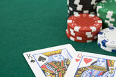 King and queen cards and poker chips — Stock Photo