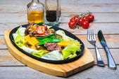 Slices of beef with vegetables on a hot pan — Foto Stock