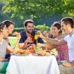 Друзья, наслаждаясь расслабляющим пикник — Стоковое фото