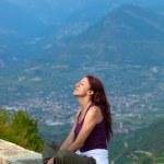 kobieta oczy zamknięte, siedząc na parapecie — Zdjęcie stockowe