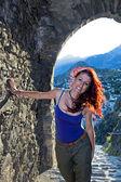 彼女の後ろに山のトンネルの中の女. — ストック写真