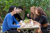 Mladí přátelé, užívat si kávu v restauraci — Stock fotografie
