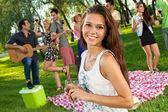 Молодая девушка со своими друзьями в парке — Стоковое фото