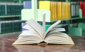 Książkę otwiera tabela — Zdjęcie stockowe