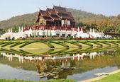 花の庭と山、チェンマイ thaila で木製の王室寺院 — ストック写真