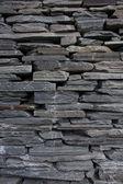 Moderne leisteen stenen muur — Stockfoto