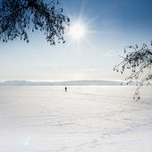 Paisagem de mar congelado com esquiador no gelo. — Fotografia Stock