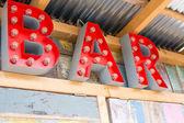 Rote Bulp Buchstaben auf der Wand Spruch bar — Stockfoto