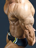 Muscular pecs and arm of male bodybuilder — 图库照片