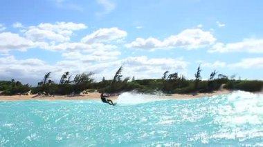 Kite boarding trick i havet — Stockvideo