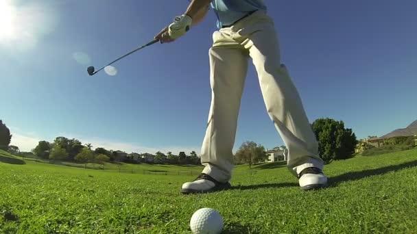 Mouvement lent, faible angle homme frapper la balle de golf — Vidéo