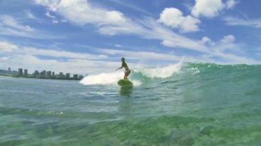Surfer Girl Surfing Ocean Wave — Vídeo stock