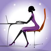 Güzel bir kız ya da notebook laptop vektör ile mor elbiseli kadın — Stok Vektör