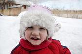 Menina bonitinha vestindo roupas quentes fica perto de casa e olhar — Foto Stock