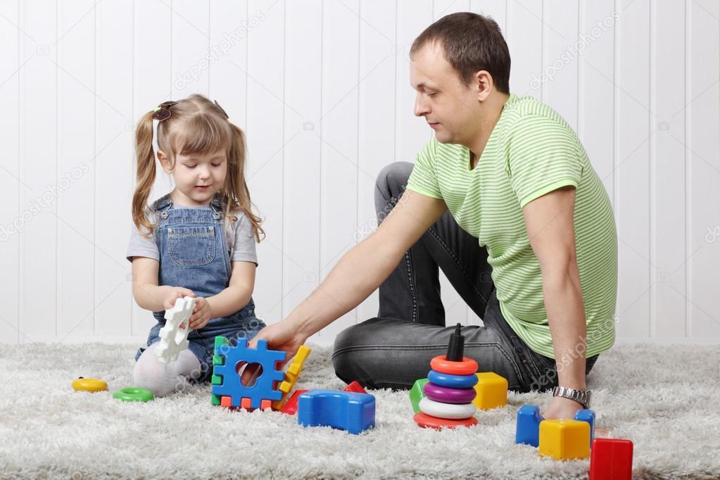 Ni a feliz y su padre juegan juguetes en suave alfombra de - Alfombra nina ...