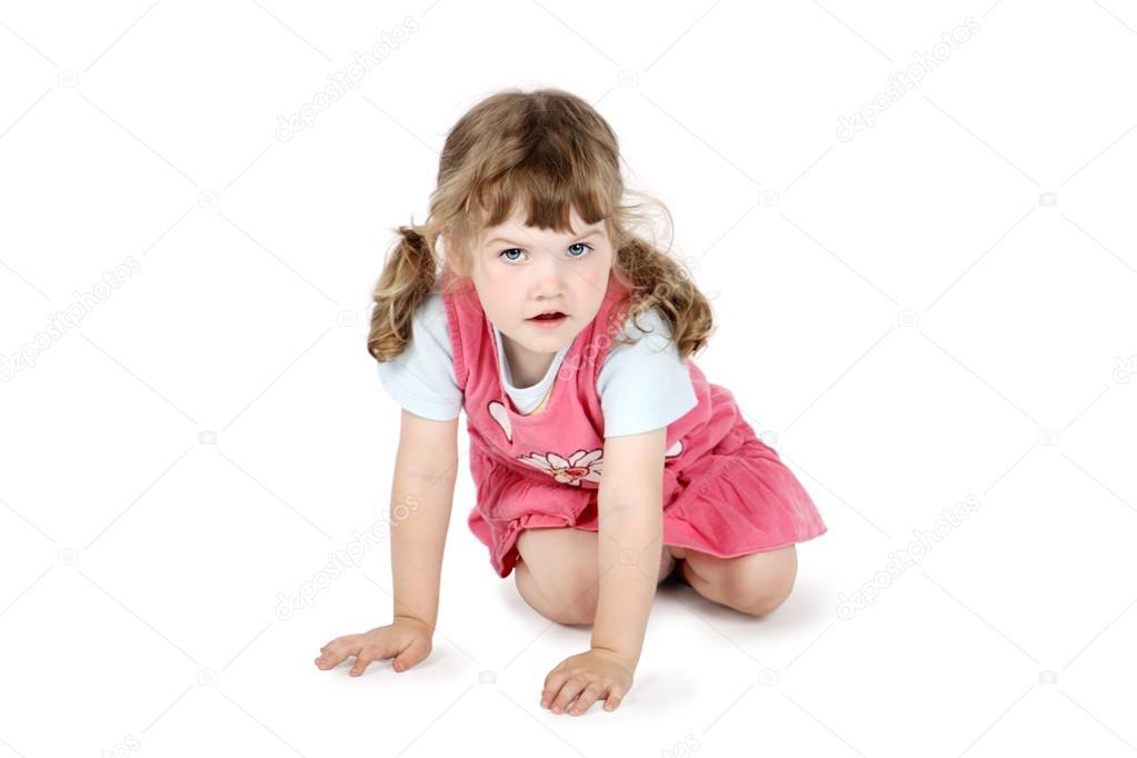 可爱的小女孩坐在地板上