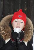 Mutlu kız kırmızı şapka içecekler sıcak çay ve hayalleri ile kapalı gözler — Stok fotoğraf