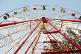 Big colorful ferris wheel at background of cloudy sky. Bottom vi — Stock Photo