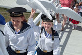 PERM, RUSSIA - JUN 15, 2013: Girls in suits of sailors carry whi — Zdjęcie stockowe