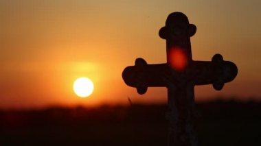 Una cruz en una puesta de sol 2 — Vídeo de Stock