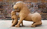 Sculpture of  lion and woman — Stockfoto