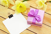 Gift of flowers and a note — Stock Photo