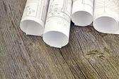 Desenhos de projeto sobre o fundo de tábuas de madeira — Foto Stock