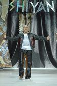尼古拉 · 瓦鲁耶夫在时装展示时装设计师伊利亚 · 十堰 — 图库照片
