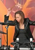 Veselá dívka hraje na bicí — Stock fotografie