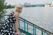 La ragazza sulla riva del bacino di khimki Mosca — Foto Stock