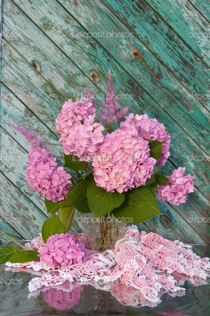 bouquet nature morte avec hortensia rose et sonnettes sur la vieille chaise avec nappe crochet. Black Bedroom Furniture Sets. Home Design Ideas