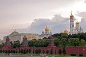 Pared de kremlin de moscú, ivan la catedral gran campana torre y arcángel en la noche — Foto de Stock