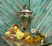 Still life with samovar, flowers and apples — Stock Photo