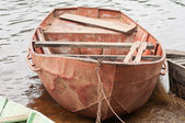One boat on the water near the bank — Stock Photo