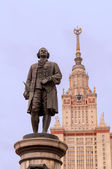 Mikhail Lomonosov statue and Moscow State University building — Stock Photo