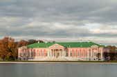 Kuskovo, Moscow Russia. Estate building near the lake. — Foto de Stock