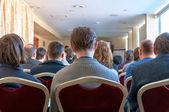 Menschen sitzen hinten auf der business-konferenz — Stockfoto