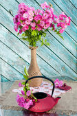 Still life bouquet with roses and tea pot — Stockfoto