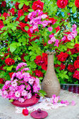 Still life bouquet with roses and tea pot — Foto Stock