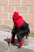 Carrasco sentado perto da parede na rua — Fotografia Stock