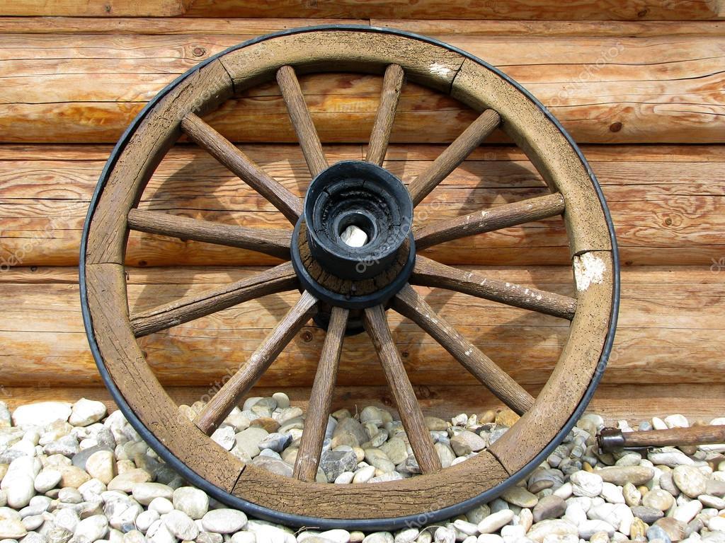Lado de roda de carroça antiga pela parede de madeira — Imagem de  #6C4220 1024x768