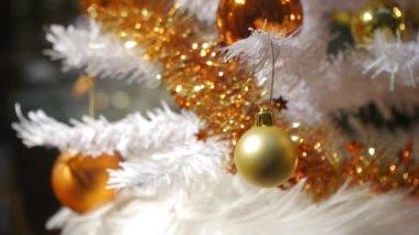 árvore de natal decorada e iluminada. — Vídeo stock