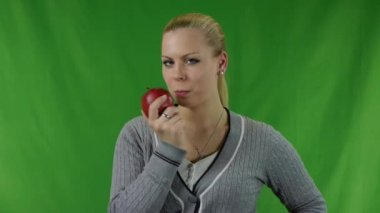Giovane donna attraente felice tenendo la mela rossa e sorridente. — Video Stock