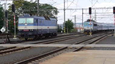 InterCity Express train pulling in to Prague station. — Stock Video
