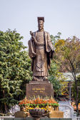 Statue of old king — Stock Photo