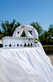 Düğün töreni üzerinde boş şarap bardakları — Stok fotoğraf