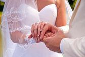 Händerna på nygifta — Stockfoto