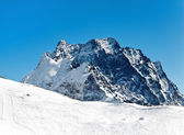 Güneşli bir gün içinde karlı dağlar — Stok fotoğraf