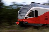 Panoramica di colpo di un treno moderno ad alta velocità — Foto Stock