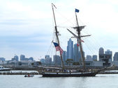Ships sailing along Chicago River to Lake Michigan at Navy Pier — Stock Photo